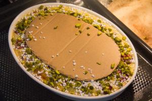 saupoudrez tout le tour qui reste apparent de pistache torréfiées et de sucre perlé