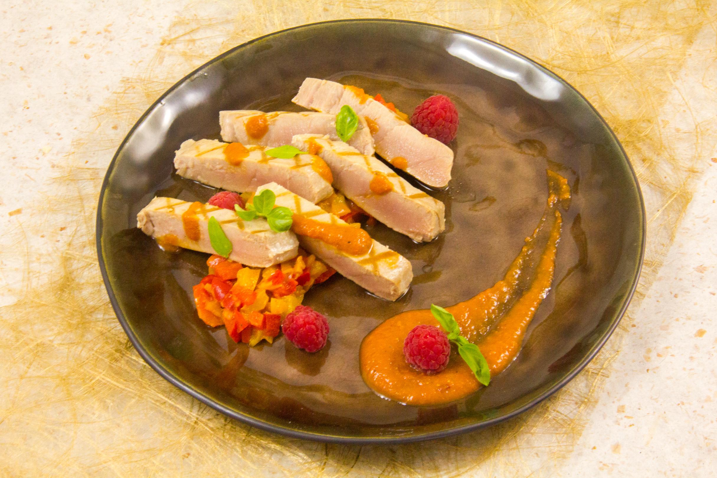 Le steak de thon basse température, sauce poivron et fruits rouges