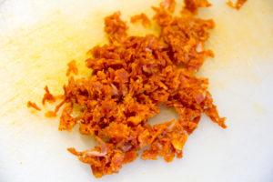 Hachez les tranches de chorizo en petits morceaux