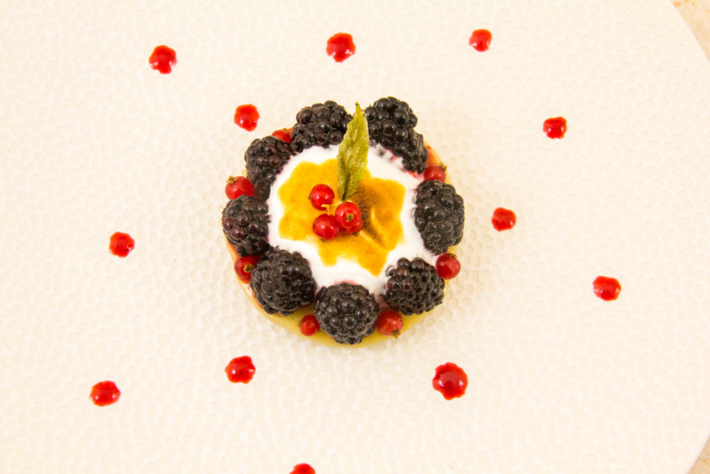Tartelettes aux mures, parfum verveine et rhubarbe
