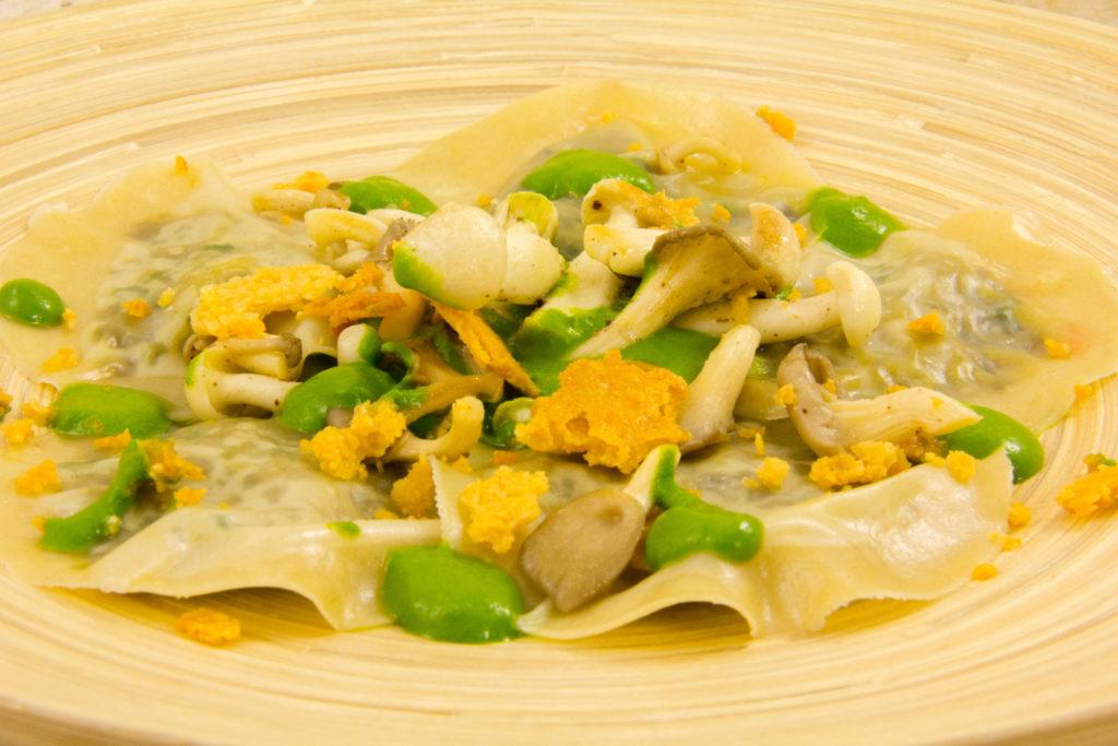 Ravioles de champignon, coulis de persil et cresson, crumble de parmesan