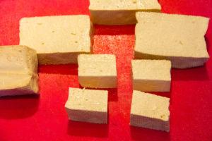 Coupez le bloc de tofu en cubes