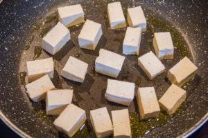 Faites revenir les cubes de tofu avec un peu d'huile