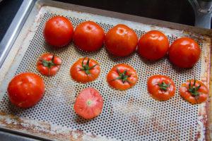 Posez les tomates retournées sur une grille
