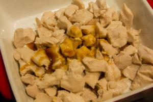 Mélangez le poulet avec un peu de sauce