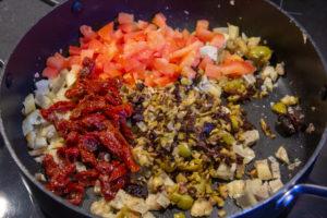 Rajoutez les tomates fraîches, les tomates séchées, les olives