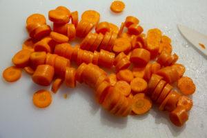 Épluchez et coupez les carottes en tranches fines