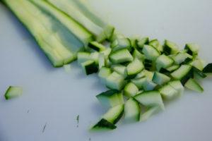 Coupez la courgette en lanières puis en petits dés
