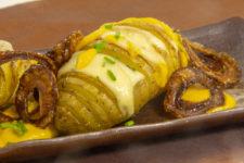 Pommes éventail, gouda, oignons frits et sauce carotte