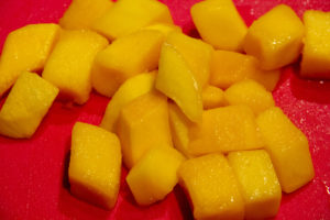 Ôtez la peau de la mangue et coupez-le en dés