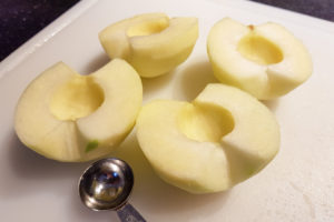 Coupez les pommes en deux