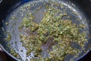 Faites revenir l'échalote dans du beurre et ajoutez le persil