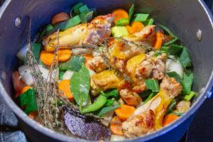 Ajoutez les légumes avec le thym et le laurier