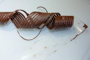 Il ne reste plus qu'à ôter la bande de rhodoïd quand le chocolat a durci