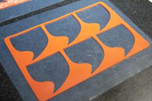 Disposez votre chablon sur une feuille de papier guitare ou une surface anti adhésive