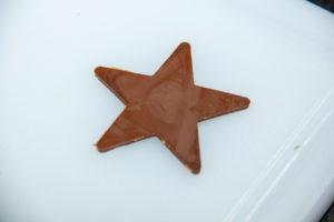 Déposez les étoiles en chocolat sur une plaque propre