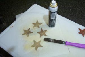 Vous pouvez décorez vos étoiles avec des spray à paillettes alimentaires