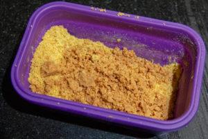 Mélangez le curry, la chapelure et la poudre de noisette torréfiée