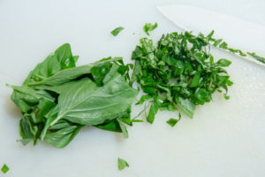 Ciselez les feuilles de basilic