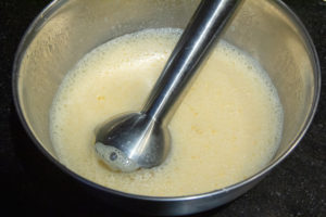 Mixer à l'aide d'un mixeur plongeant les 4 œufs avec la confiture