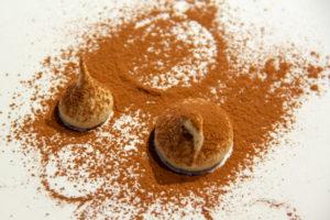 Saupoudrez un peu de cacao sur vos minis meringues