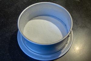 Beurrez et sucrez légèrement votre moule