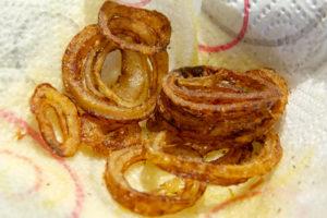 Faites frire les rondelles d'oignons