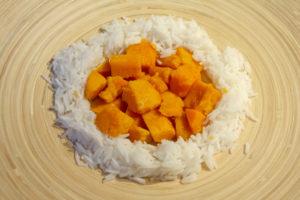 Disposez patates douces et riz dans l'assiette