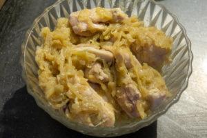 Mélangez poulet et oignons