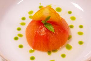 Tomates d'été, tartare de truite, basilic